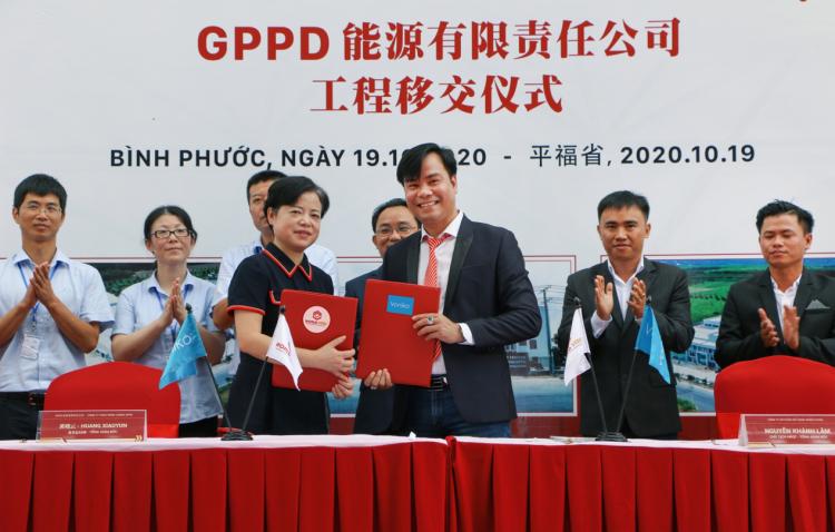 Đại diện tổng thầu WorldSteel Group (phải) và chủ đầu tư Công ty TNHH Năng Lượng GPPD (trái) tại lễ bàn giao hôm 19/10 tại Bình Phước. Ảnh: WorldSteel Group.